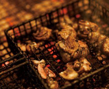 【宮崎の銘柄鶏 霧島鶏の炭火焼】<br /> 噛むほどに旨味がほとばしる宮崎の名物料理。<br /> 備長炭で焼き上げるので炭の香りも楽しめます。<br /> ‥1,950円(税込)