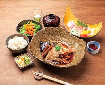 【週替わり御膳】<br /> 宮崎料理から和食や中華まで、幅広いメニューをご用意<br /> ‥1,500円(税込)